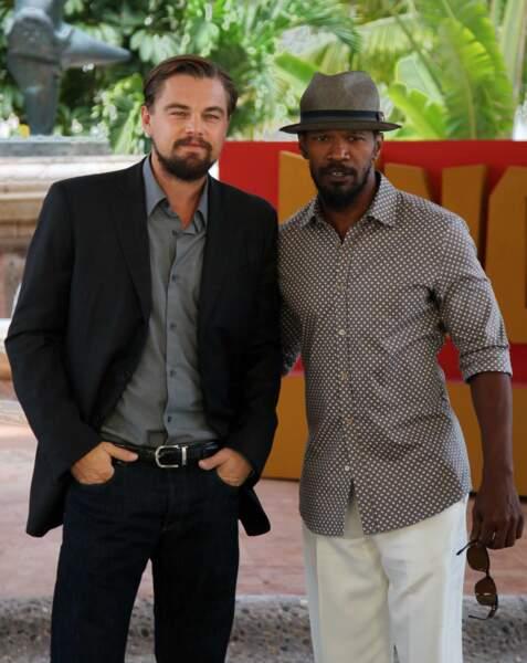 """En 2012, Leonardo présente """"Django Unchained"""" le film de Quentin Tarantino en compagnie de son partenaire à l'écran Jamie Foxx : look barbu pour les deux acteurs !"""