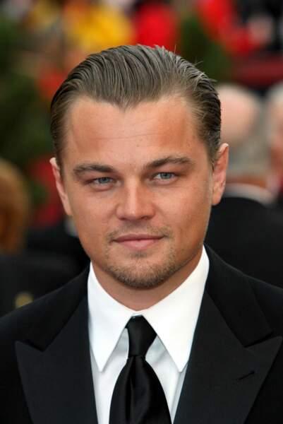 Un classique que l'acteur affectionne : les cheveux en arrière et gominés !
