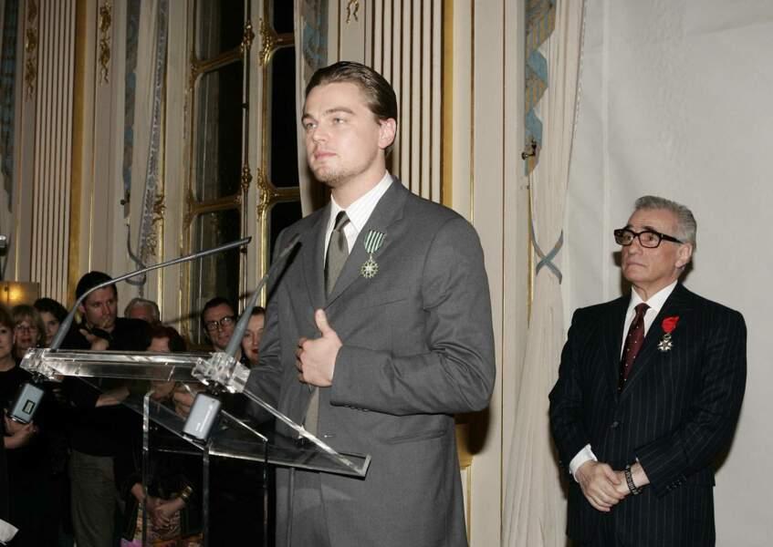 """Rien ne l'arrête ! En janvier 2005, l'acteur reçoit la prestigieuse distinction française de """"Chevalier de l'ordre des Arts et des Lettres"""". Sous le regard de son mentor, le réalisateur Martin Scorsese"""
