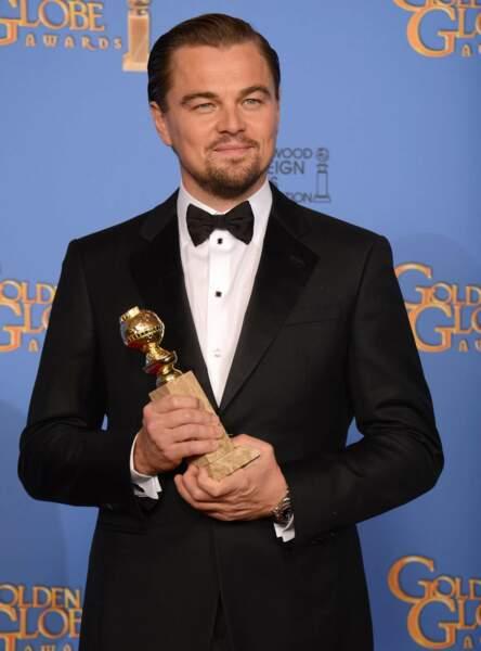 """Dans un tout autre registre, il devient également """"Le Loup de Wall Street"""" pour Martin Scorsese. Un rôle qui lui vaut de remporter le Golden Globe du meilleur acteur dans un film musical ou comédie"""