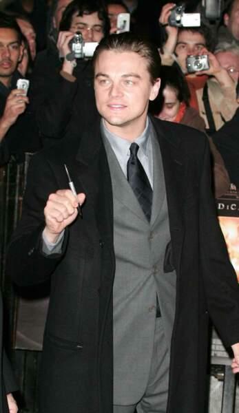 """Toujours disponible auprès de ses fans pour signer des autographes ! Comme ici à Londres lors de l'avant-première du biopic """"Aviator"""" où il apparaît aussi classe que l'acteur Howard Hughes"""