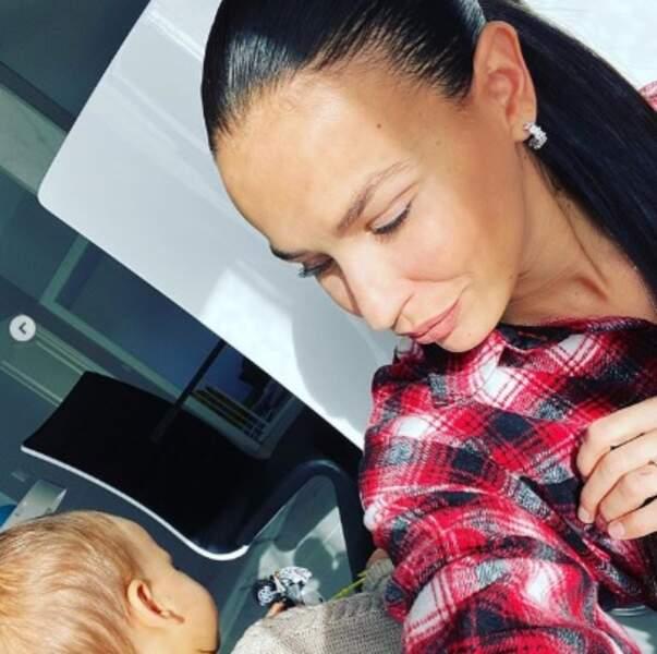 Julie Ricci a tenté de faire un selfie avec le petit Gianni mais il était trop occupé à faire ses trucs de bébé.