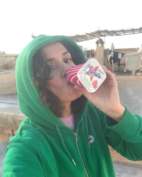 Amelle Chahbi a retrouvé ses yaourts à boire favoris au Maroc.