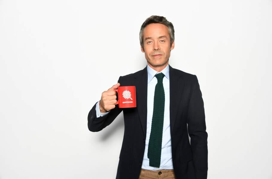 Le mug floqué du logo de l'émission, l'élément indispensable de Yann Barthès