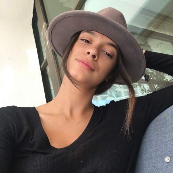 Fan de mode, Laysla ? Elle passe en tout cas facilement du chapeau...