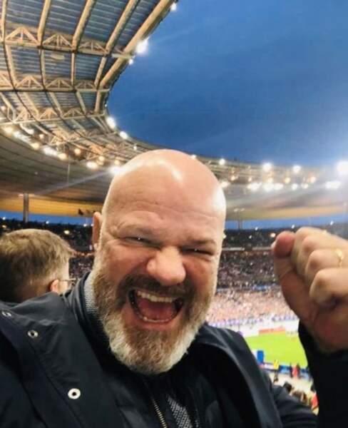 On espère que vous avez autant la pêche que Philippe Etchebest qui assiste à un match de rugby.