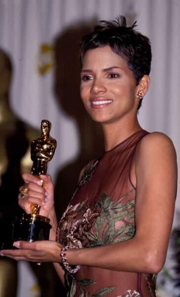 Halle Berry remporte l'Oscar de la meilleure actrice en 2002