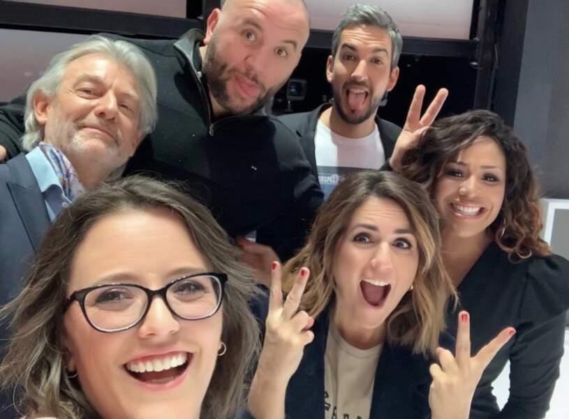 Et hop ! Un selfie de groupe avec la bande de chroniqueurs de C8 !