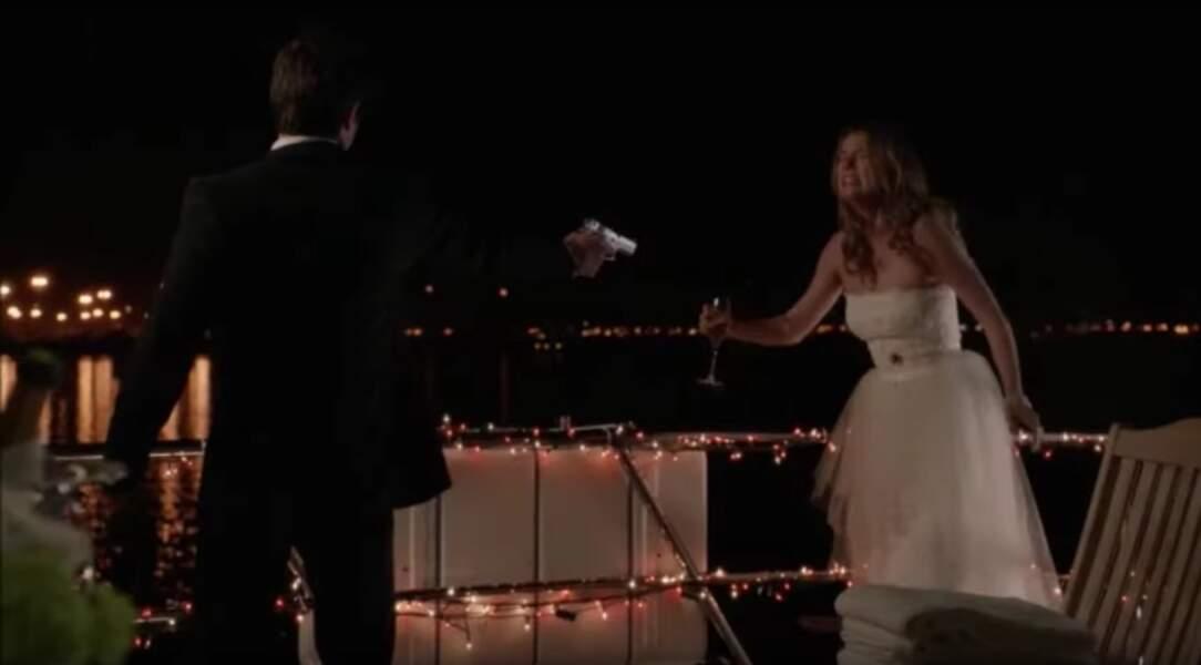 Revenge (saison 3 épisode 10) : le soir de leur mariage, Daniel comprend qu'Emily lui a menti sur sa grossesse. En colère, il tire sur sa femme. Ouf, elle ne meurt pas mais leur histoire d'amour en prend tout de même un sacré coup. Les deux tourtereaux finiront pas se séparer