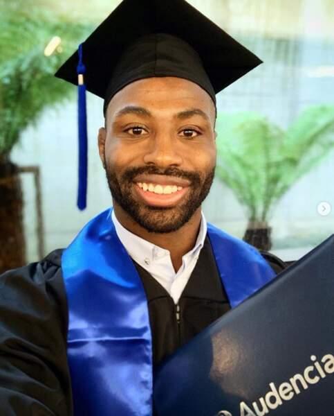 On félicite le rugbyman Fulgence Ouedraogo, désormais diplômé d'une école de commerce.