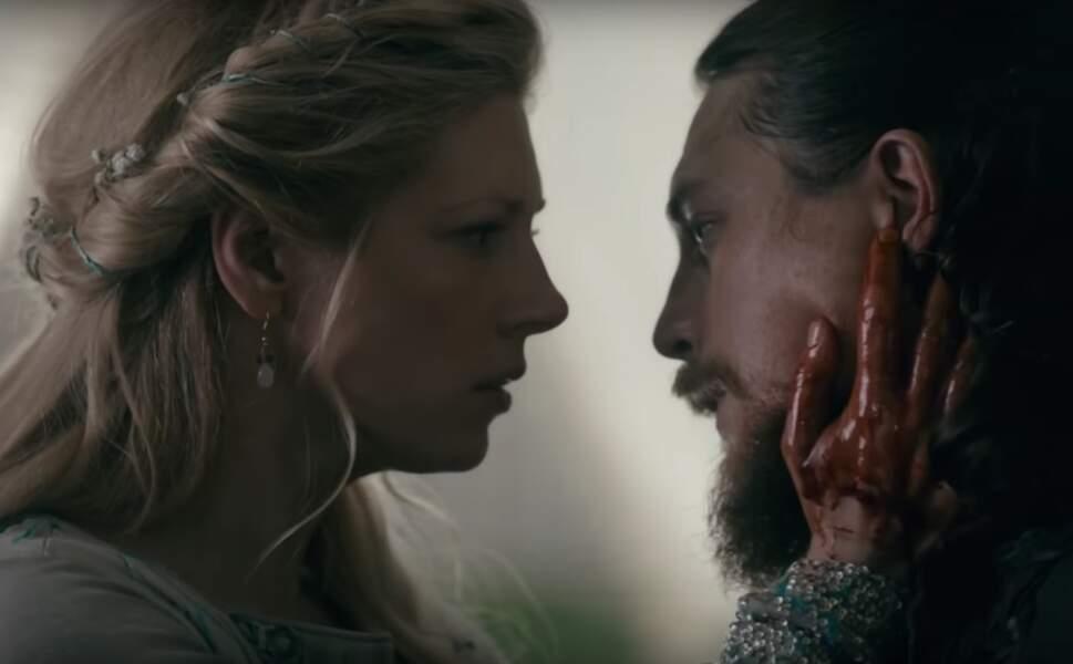 Vikings (saison 4, épisode 5) : guerrière née, Lagertha ne fait qu'une bouchée de ses adversaires. Kalf en sait quelque chose. Alors qu'elle vient juste d'échanger ses vœux avec son futur époux, elle profite d'un baiser pour le poignarder. Aie !
