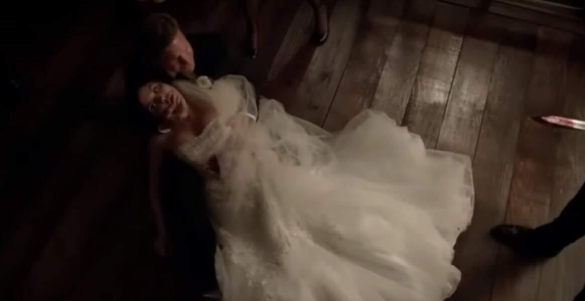 Vampires Diaries (saison 6, épisode 21) : Kay tue Jo le jour de son mariage, alors qu'elle attend des jumelles. Celles-ci seront transportées dans le corps de Caroline pour les sauver