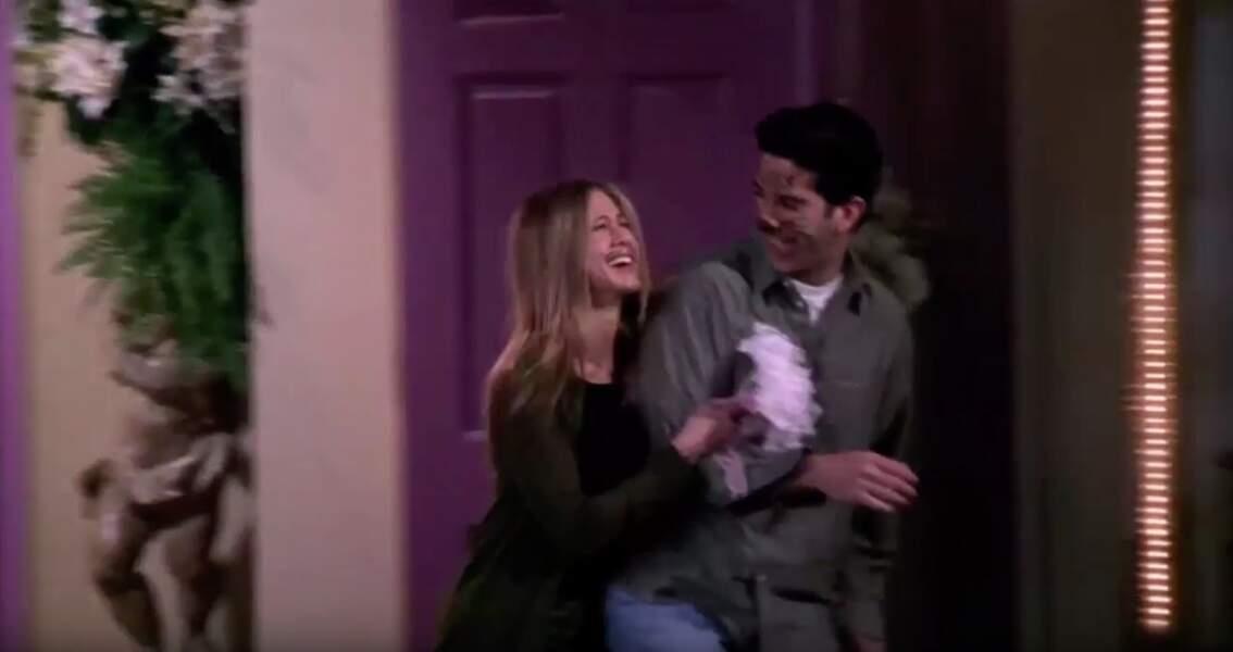 """Friends (saison 5, ép 24) : venus passer quelques jours à Las Vegas Ross et Rachel picolent un peu trop et se disent """"oui"""" dans une chapelle sans s'en rendre compte. Monica et Chandler assistent à leur sortie la chapelle, incrédules."""