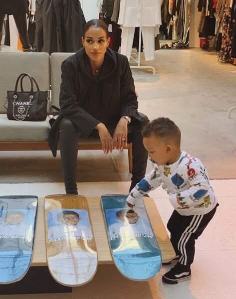 Le petit garçon adore faire du shopping avec sa maman