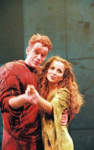 En 1999, Hélène Ségara se fait connaître - en rousse flamboyante - dans les rôle d'Esmeralda dans Notre-Dame de Paris