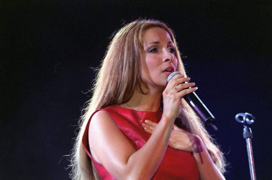 Au cours de sa carrière, elle a souvent changé de coiffure. En 2001, elle apparaît le cheveu un peu flou, mais la main sur le cœur