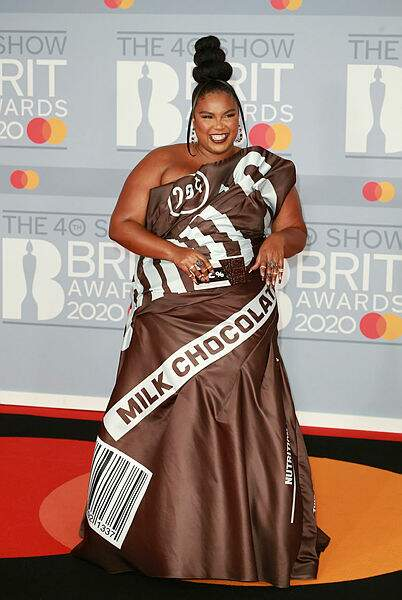 Lizzo était à croquer dans cette robe façon tablette de chocolat.