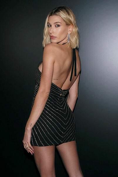 Hailey Baldwin-Bieber, de face et de fesses.