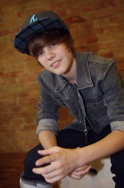 A l'époque, Justin Bieber n'a que 14 ans et le look d'ado qui va avec.