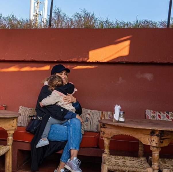Gros câlin pour Deva dans les bras de sa maman Jeny Priez.