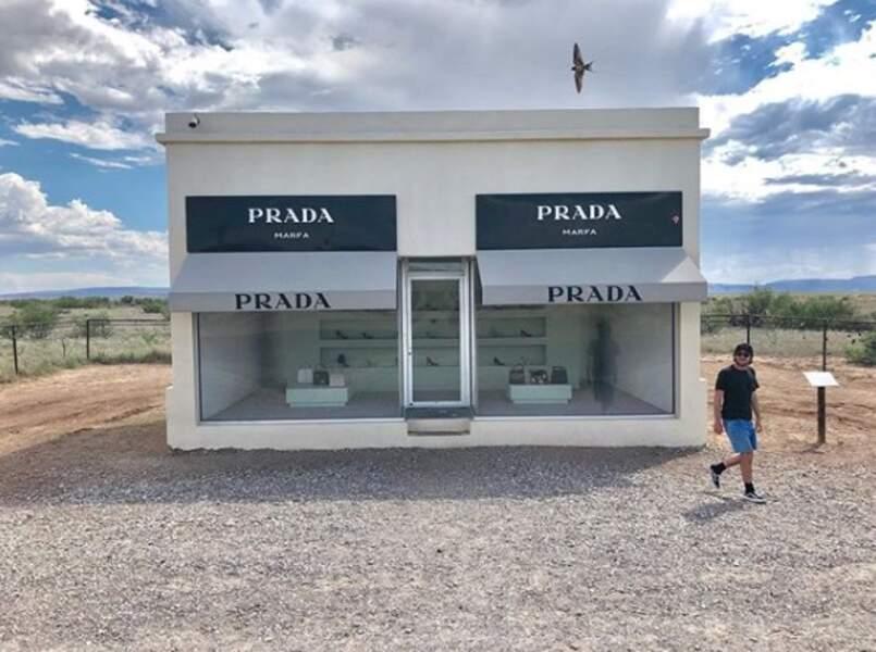Il pose devant des monuments - artistiques, légendaires ou historiques. Comme le Prada Marfa, une boutique minimaliste perdue dans le désert texan fermée depuis 2005.