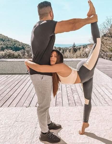 Kim Glow, très amoureuse de son nouveau petit ami, se lance le défi de faire des positions acrobatiques... Original !