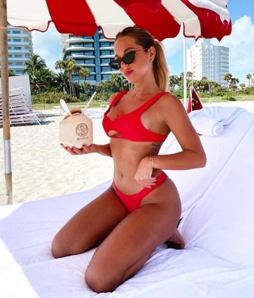 Maddy Burciaga, avec son maillot de bain rouge, est prête pour jouer dans Alerte à Miami !