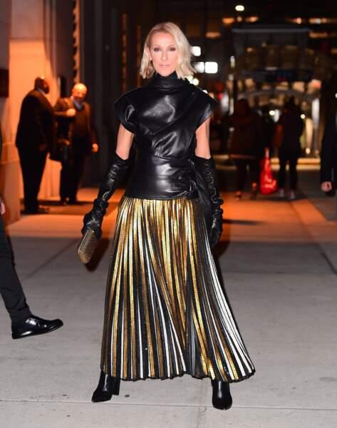 Tenue du soir, espoir, avec ce top en cuir et cette jupe en sequins dorés. Le tout est signé Proenza Schouler.
