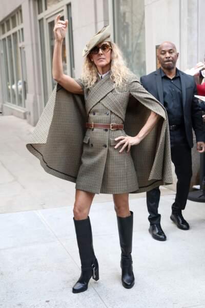 La mode, c'est une affaire sérieuse. Ici, Céline prend la pose dans un look so british by (l'Américain) Michael Kors