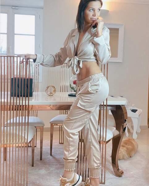 Julia Paredes (Mamans et célèbres) pose dans un ensemble satiné qui laisse apercevoir son ventre très plat !