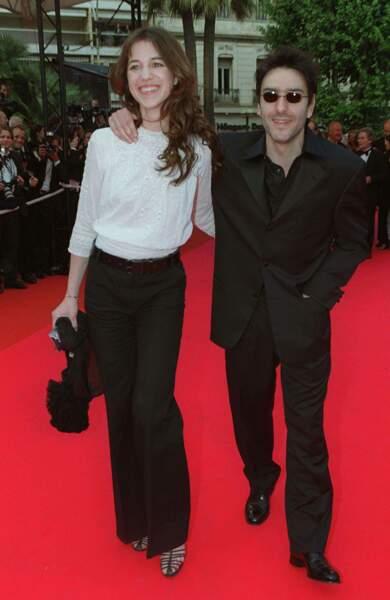 Blouse vaporeuse sur pantalon chic  au bras d'Yvan Attal à Cannes en 2001