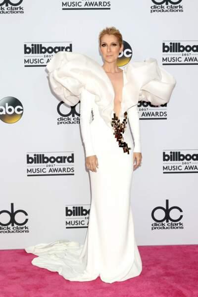 … tant par sa voix que par sa tenue ! Une longue robe blanche du styliste français Stephane Rolland