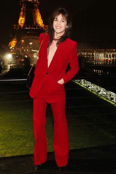 Flamboyante dans un ensemble pantalon très seventies, porté à même la peau à Paris en 2020