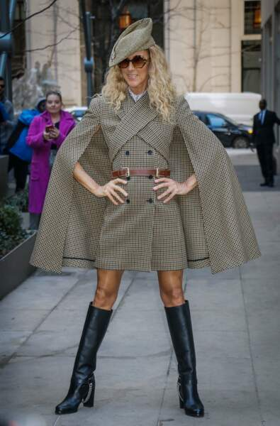 A la Sherlock Holmes, dans une robe-manteau à cape griffée Michael Kors. So british !