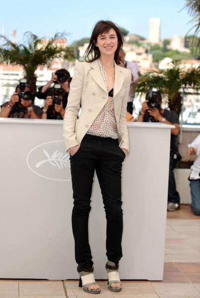 Veste à épaulette et blouse de mousseline très échancrée pour le festival de Cannes de 2010