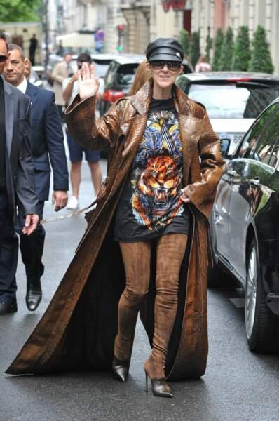 Décomplexée, elle ose les tenues les plus farfelues. Ici très rock dans les rues de Paris