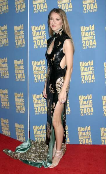 """Le succès mondial de """"Titanic"""" la hisse au rang de star planétaire. Ses longues jambes commencent à se dévoiler..."""