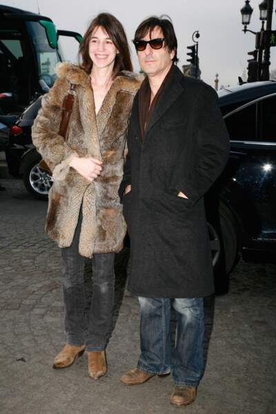 Comme un air des années 70, dans cette veste en fourrure, avec Yvan Attal en 2009