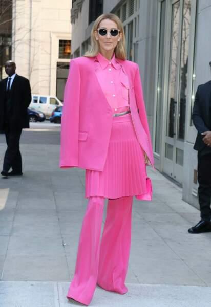 A New York, elle pose dans un ensemble jupe-pantalon rose bonbon signé Peter Do