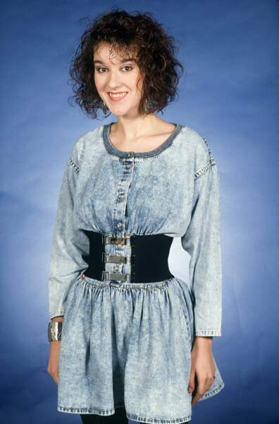 """1988. Changement de look : carré frisé et cette petite robe en jean """"neige… que les moins de 20 ans ne peuvent pas reconnaître !"""