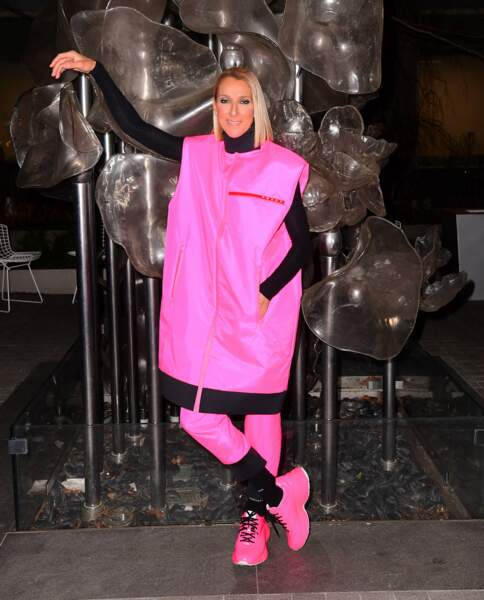 Carré court et lisse avec une tenue  Prada rose et noir : Céline change de look !