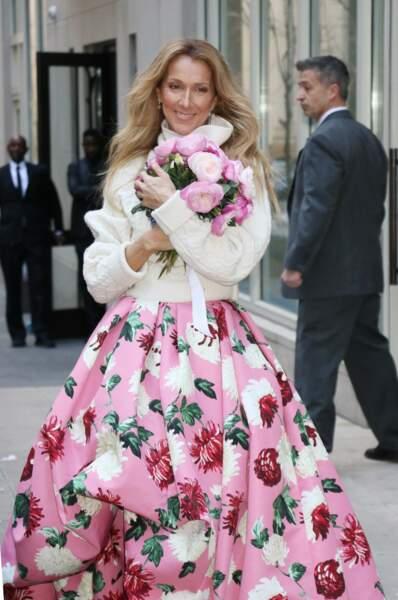 Toute de fleurs vêtues dans cette robe Oscar de la Renta