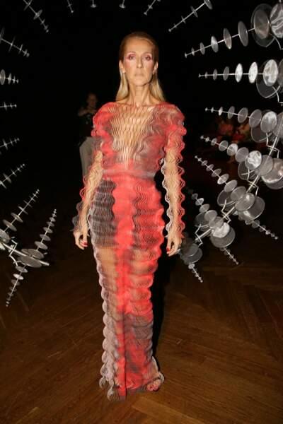 La robe frisottante signée Iris van Herpen...Céline peut tout porter