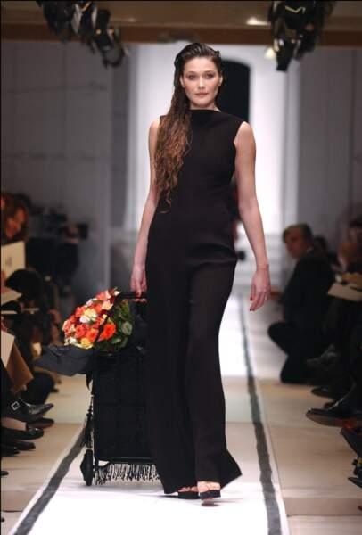 2002 très sobre, la tenue parfaite pour aller faire son marché, une combinaison Jean Paul Gaultier aussi jolie de face…