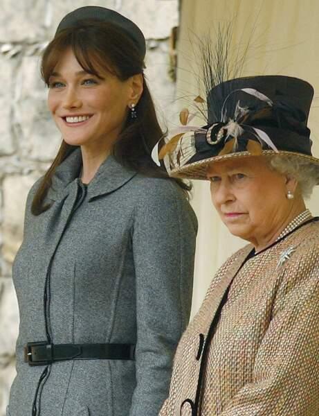 2008 Un style qui n'est pas sans nous rappeler une certaine Jackie Kennedy, autre première dame. Carla est au château de Windsor au côté de la reine Elisabeth II.