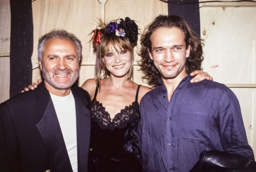 1993 Carla lumineuse aux côtés de Vincent Perez et Gianni Versace  à la sortie du défilé du couturier