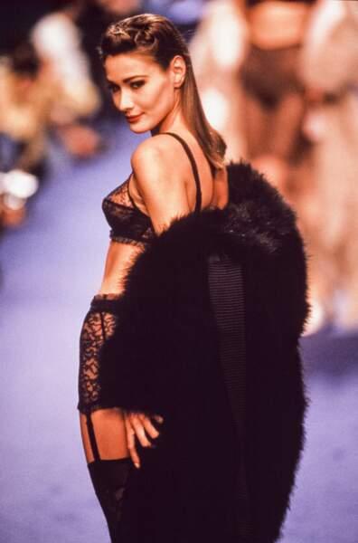 1990 Carla au défilé de Chantal Thomass, en tenue très légère comme l'impose le style de la  créatrice