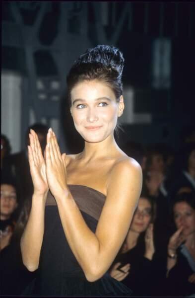 1986 Carla n'a que 19 ans quand elle commence sa carrière de mannequin