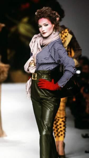 1995 teint poudré rehaussé de rose, Carla défile pour l'enfant terrible de la mode, Vivienne Westwood