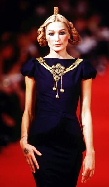 1997 Carla défile pour Givenchy dans une atmosphère futuriste à la coiffure empruntée à la princesse Leila
